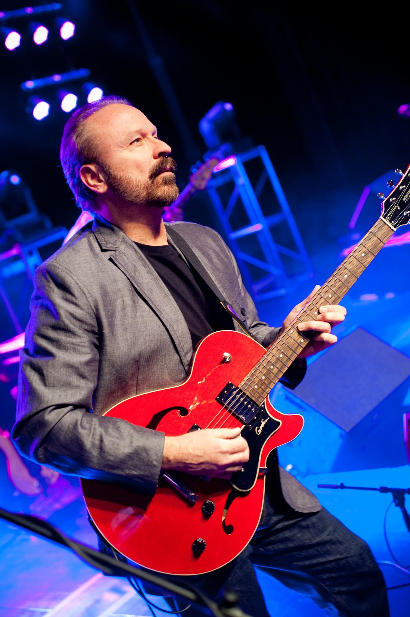 Genesis' Touring-Guitarist, Daryl Stuermer (2007)